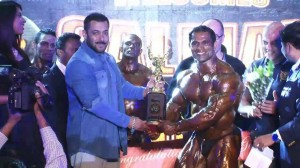 Salman Khan felicitates bodybuilder Prashant Salunkhe